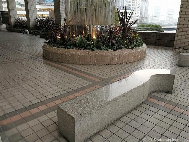そごう横浜風の広場のベンチ