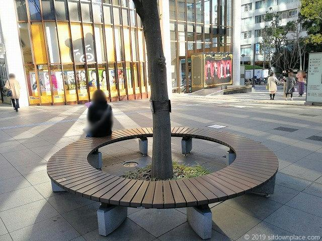 赤坂Bizタワー前の円形ベンチ