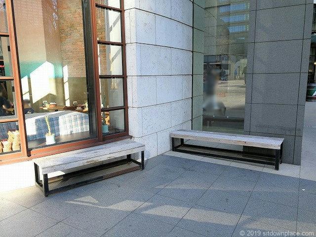 赤坂Bizタワー前の2人掛け木製ベンチ