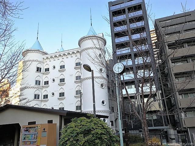 赤坂氷川公園の時計とラブホ