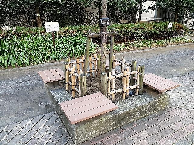 赤坂氷川公園噴水付近の1人掛けイス