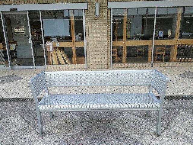 国際新赤坂ビル東館のスタバ前リフレッシュ広場のベンチ