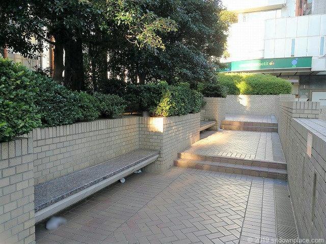 国際新赤坂ビル1Fのベンチ