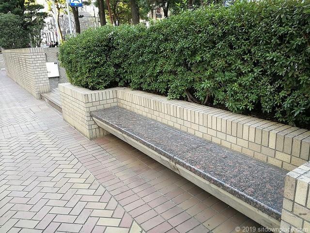 国際新赤坂ビル西館1Fの石材ベンチ