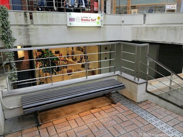 元町パセオの階段付近のベンチ
