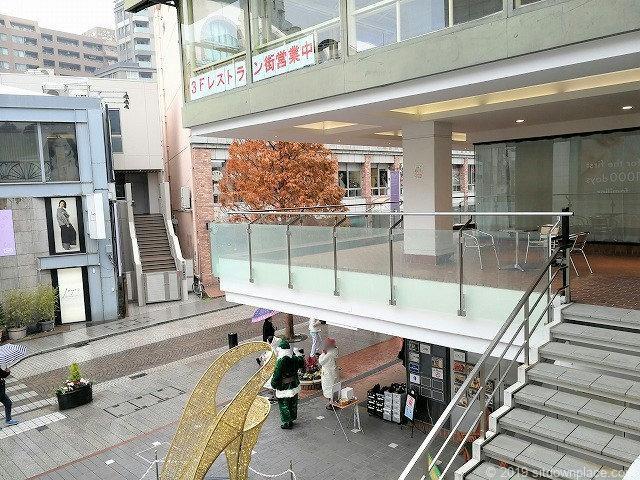 元町プラザ2Fデッキの階段から休憩所
