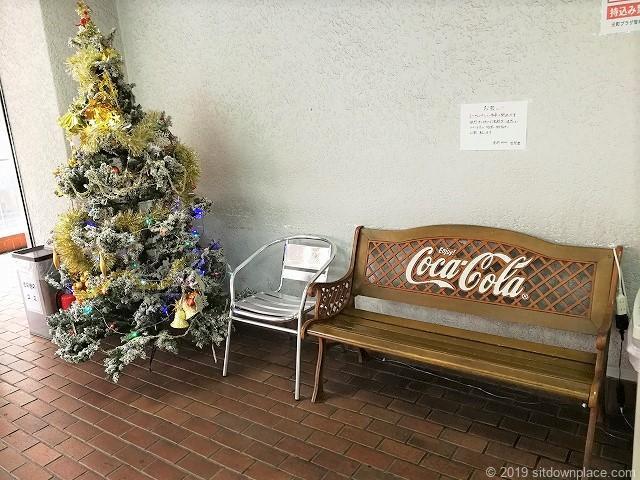 元町プラザ2Fエスカレーター横のベンチ