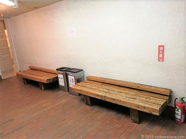 元町プラザ2F通路のベンチ