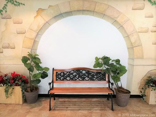 元町プラザ3Fエスカレーター横のベンチ