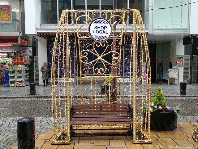 元町ショッピングストリートのイルミネーションベンチ