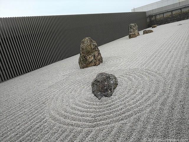 シァル鶴見屋上の坐月庭の枯山水庭園