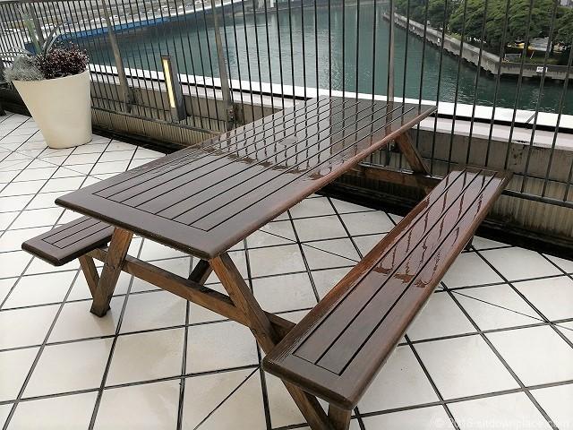 ベイクォーター4Fデッキの4人掛けテーブル席