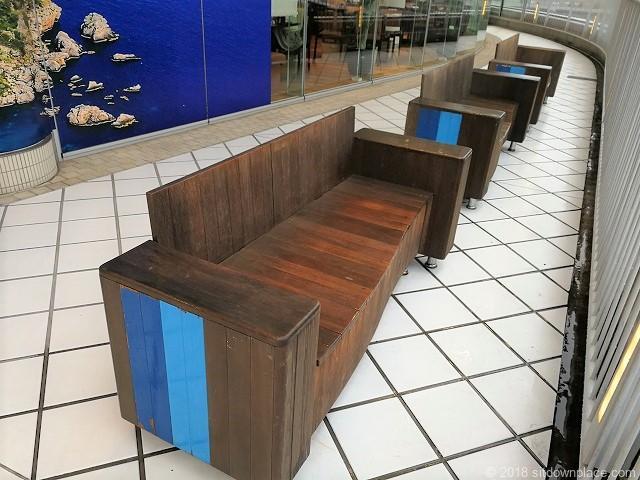 ベイクォーター4Fデッキの3人掛け木製ベンチ