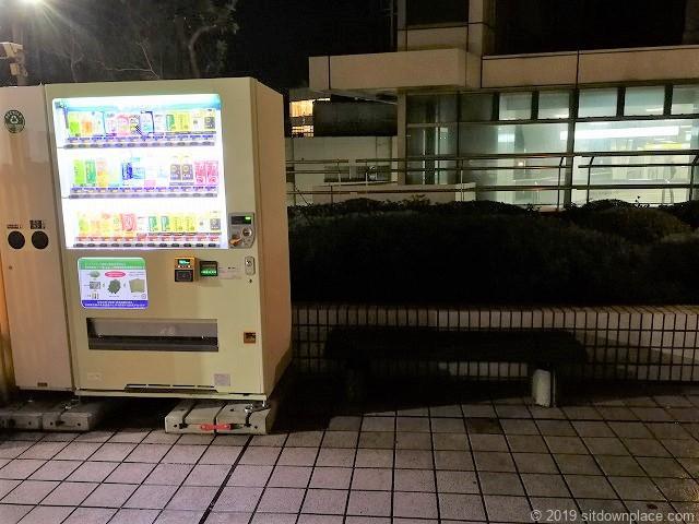 千葉駅センシティータワー4F屋外テラスの自動販売機とベンチ