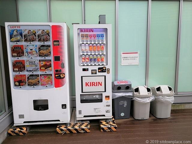 吉祥寺キラリナテラスの自動販売機とゴミ箱