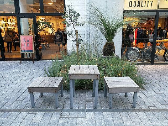 マリンアンドウォークのストリートにある木製テーブルとチェア