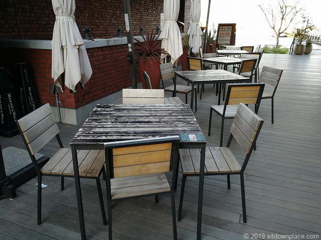 マリンアンドウォークの4人掛け木製テーブル