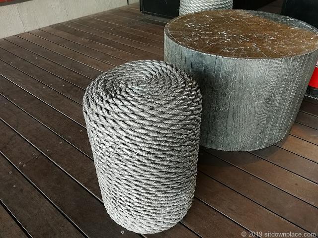 マリンアンドウォーク階段横の縄で編んだチェア