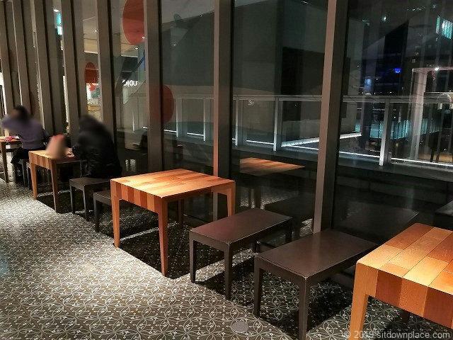 マークイズ4Fのテーブルがある休憩スポット