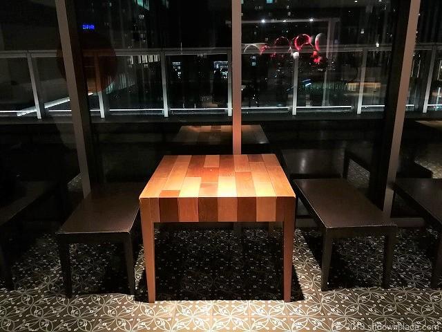マークイズ4Fのテーブル席
