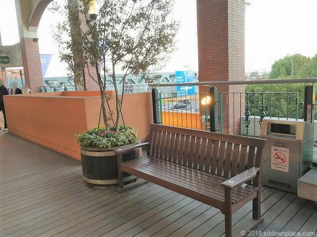 ワールドポーターズ2Fデッキストリートの階段付近のベンチ
