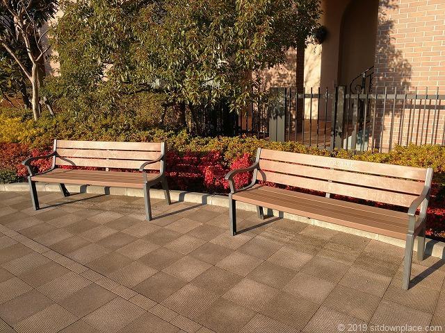 アニヴェルセルカフェ前の木製ベンチ