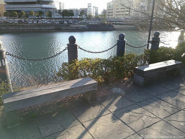 桜木町の汽車道の2人掛け木製ベンチ