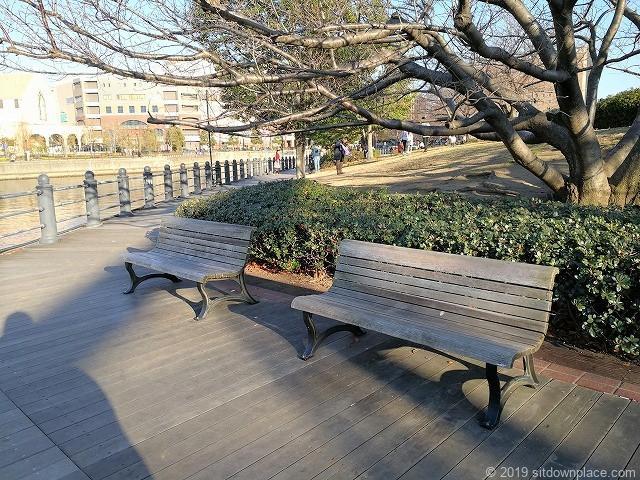 桜木町の汽車道のベンチ2脚