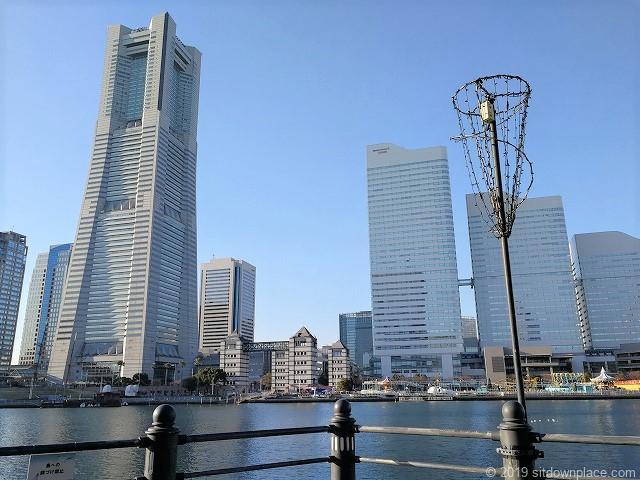 桜木町の汽車道のベンチから見えるランドマークタワー