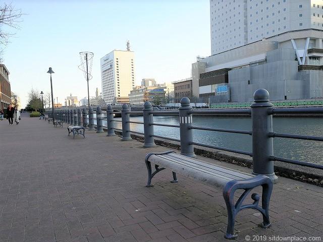 運河パークのベンチ