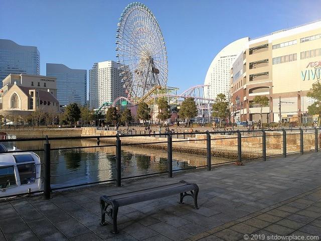 運河パークの京浜フェリー乗り場付近の休憩所