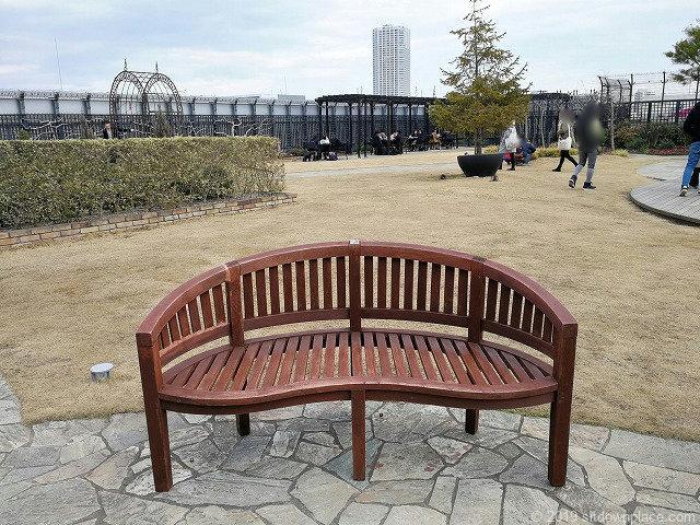 新宿マルイ本館Q-COURTの門出の庭の2人掛けベンチ