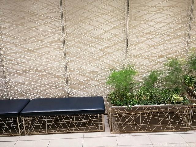 新宿マルイ本館化粧室前のクッションベンチ