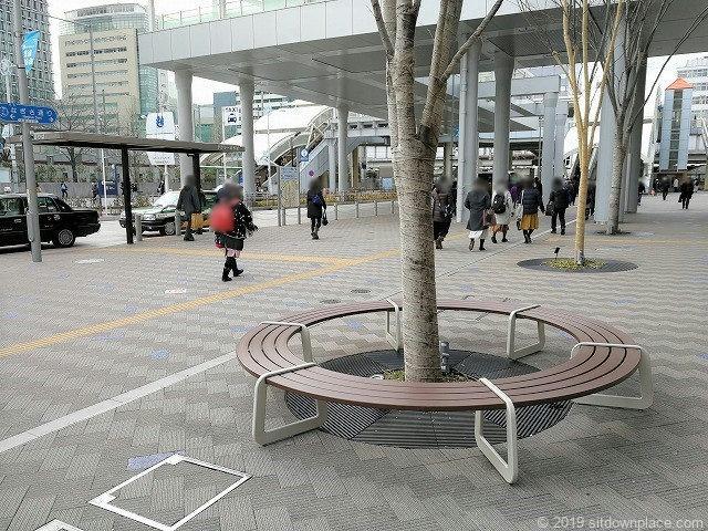 田町駅東口なぎさテラス前の円形ベンチ