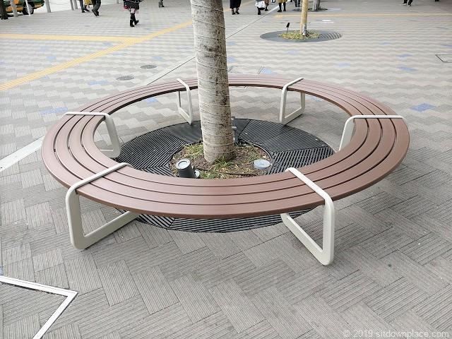 田町駅東口なぎさテラス前の円形ベンチの詳細