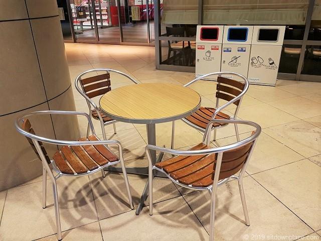 グランパークB1Fショッピングフロアエスカレーター付近のテーブル席