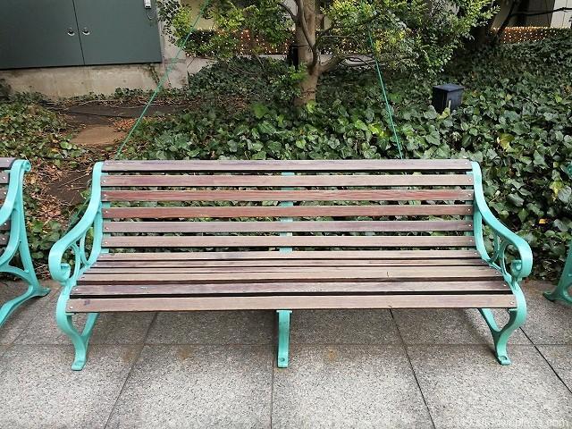 グランパークの広場のベンチ