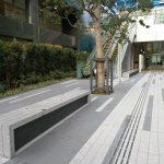 【田町駅】ムスブ田町 1F 出入口 屋外エスカレーター横の休憩場所