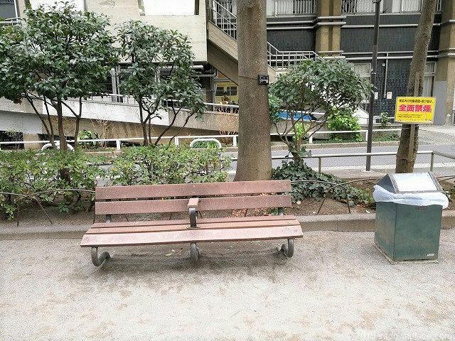 芝五丁目児童遊園のベンチ