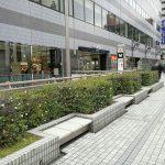 【田町駅】西口ペデストリアンデッキの休憩場所