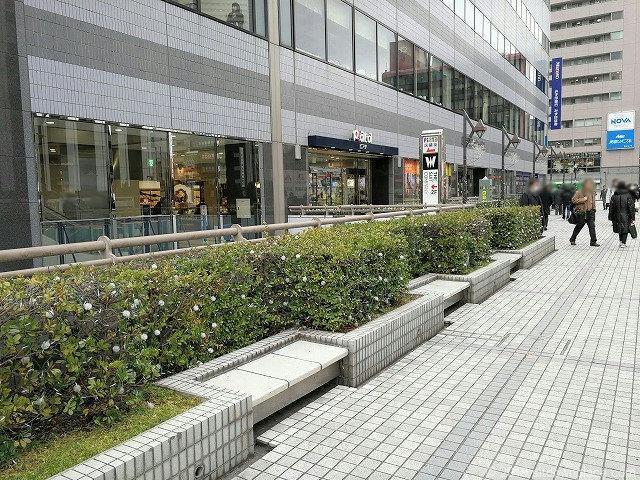 田町駅西口ペデストリアンデッキの休憩所
