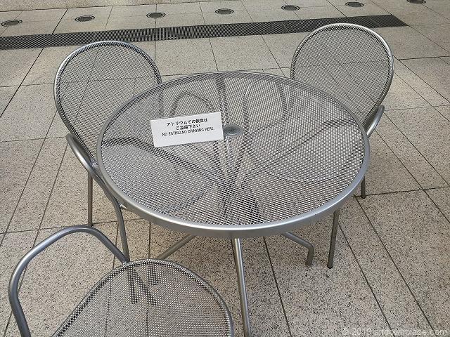 丸の内MY PLAZAアトリウムのテーブル席