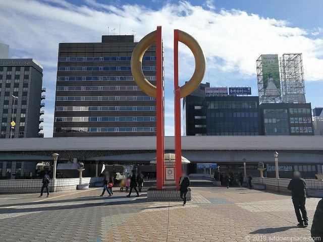 上野ペデストリアンデッキのモニュメントと首都高
