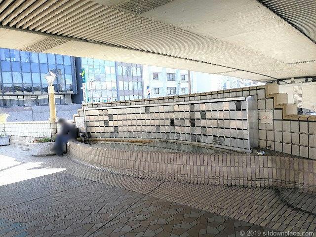 上野ペデストリアンデッキの座れる場所