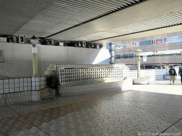 上野ペデストリアンデッキの首都高下の座れる場所
