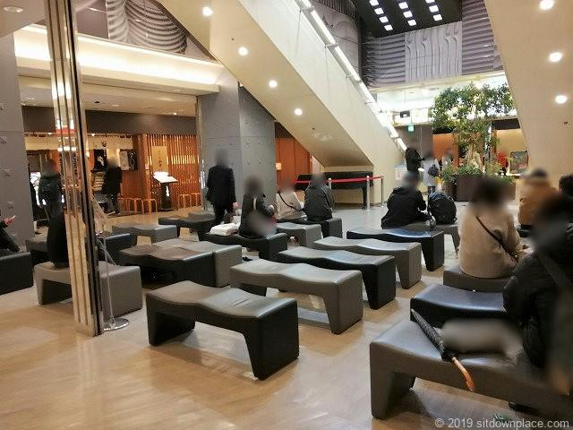 横浜ジョイナスB2F第1エスカレーター付近の休憩所