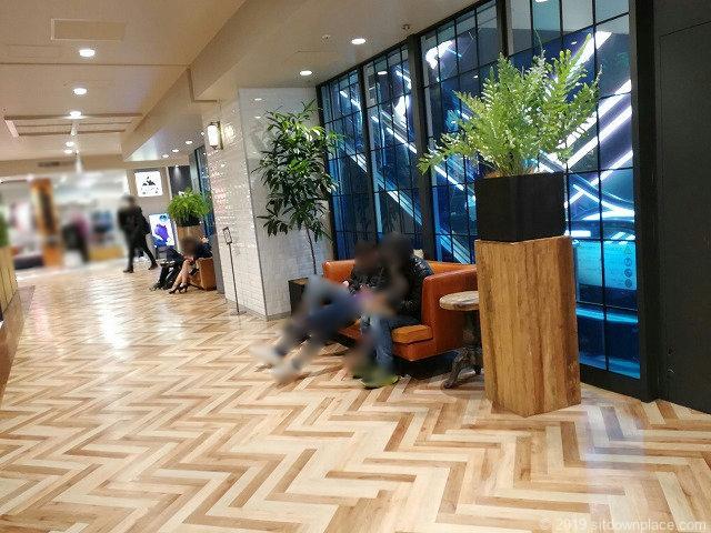 横浜ビブレスターバックス前のソファ