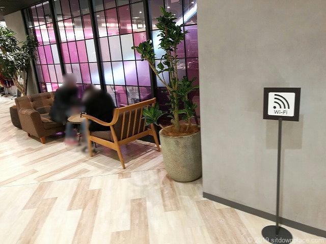 横浜ビブレ3Fevangile前のテーブル席