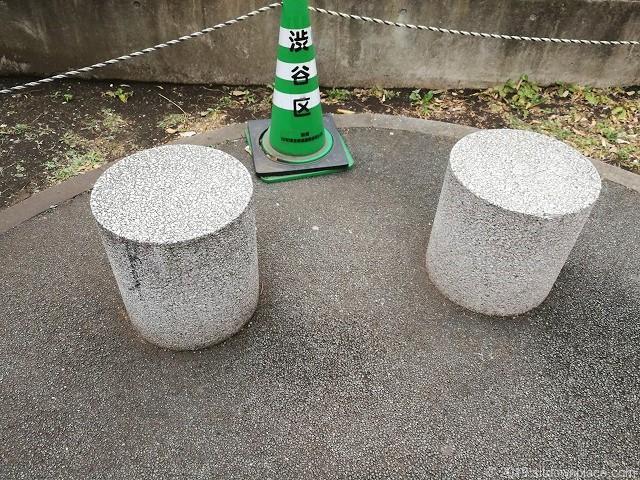 うまや道公園の石材イス