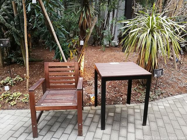 代々木ビレッジbykurkkuのガーデンのテーブルとチェア